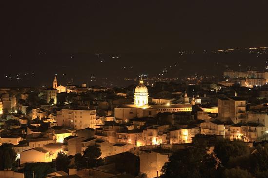 Una parte della città di Caltanissetta di notte (1923 clic)