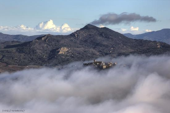Calascibetta avvolta dalla nebbia (780 clic)