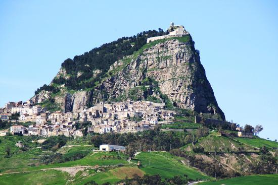 Sutera (CL) con vista Monte San PAOLINO (1982 clic)