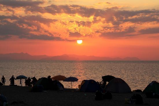 Ammirando il tramonto in spiaggia - Campofelice di roccella (2389 clic)