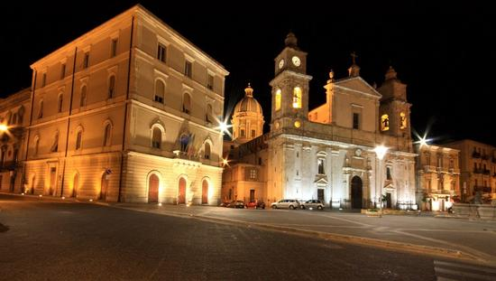 (Caltanissetta) Piazza Garibaldi di notte. (3312 clic)