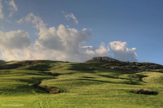 Sole radente sulle colline in Sicilia - Caltanissetta (486 clic)