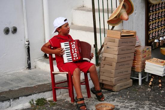 (Puglia) Monte sant'Angelo. Ragazzino con la fisarmonica che suona in una via del paese (2023 clic)