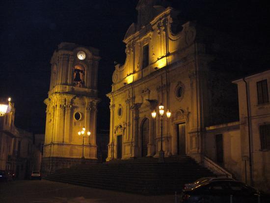 torre campanaria di notte della chiesa di militello in val di catania (1998 clic)