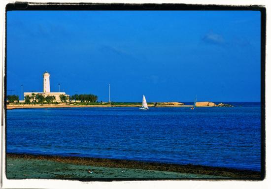 Il faro ed i resti del porto Adriano - San cataldo (1150 clic)