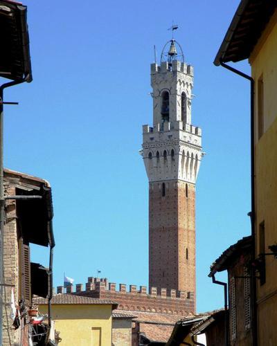 La chiesa a dominio del paese - Siena (1700 clic)