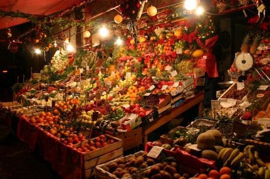 Un fruttivendolo alla Vucciria - Palermo (5929 clic)