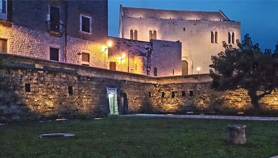 Dalla muraglia alla basilica - Bari (746 clic)