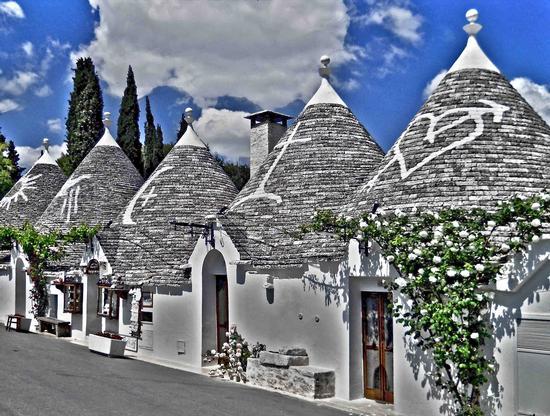 Trulli e simboli - Alberobello (830 clic)