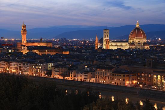Classico panorama notturno di Firenze (2988 clic)