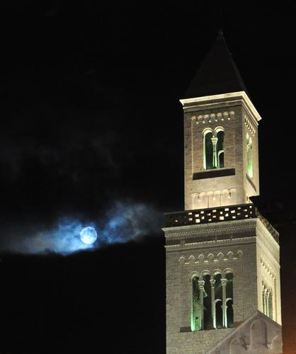 una luna sul Duomo San Sabino - Bari (2388 clic)