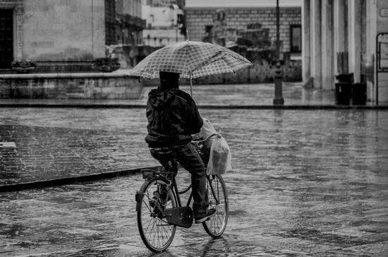 Sotto la pioggia - Lecce (1377 clic)