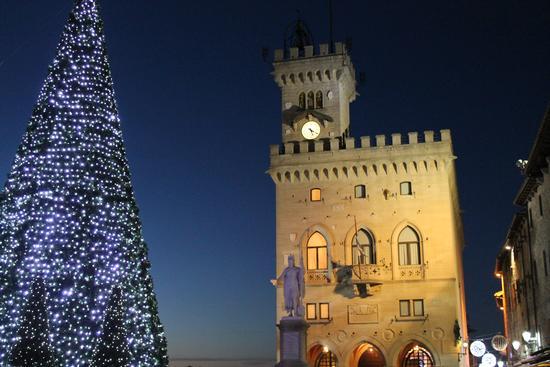 Luci e monumenti  - SAN MARINO - inserita il 07-Jan-13