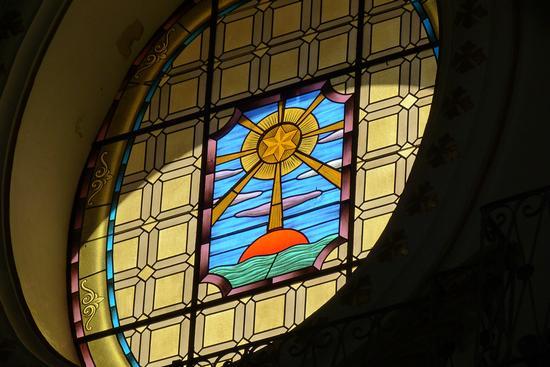 Ostensorio su finestra a vetri colorati - Modica (2613 clic)