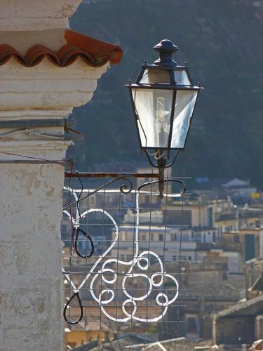 Il lampione e la luminaria - Modica (1558 clic)
