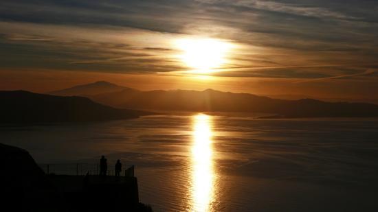 tramonto sulla stretto da monte Sant' Elia vicino a Palmi. Sullo sfondo la Sicilia e l'Etna.  (3625 clic)