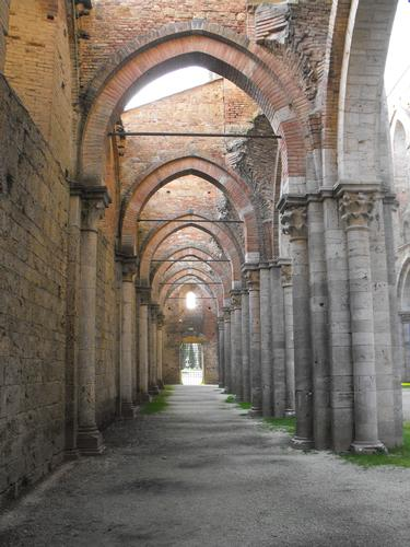 Una basilica senza tetto - San galgano (1640 clic)