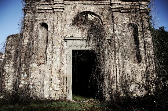 Una lugubre chiesa abbandonata. - Scanzorosciate (2111 clic)