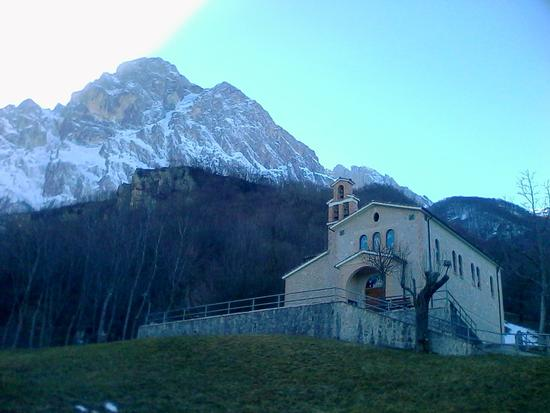 chiesetta ai piedi del Gran Sasso - Isola del gran sasso d'italia (965 clic)