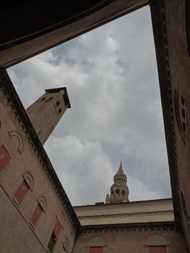 All'interno del Palazzo del Comune si intravede il Torrazzo - Cremona (873 clic)