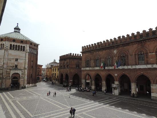 La piazza Piazza del Comune, in primo piano il palazzo comunale e a sinistra la Loggia dei Militi. - Cremona (896 clic)