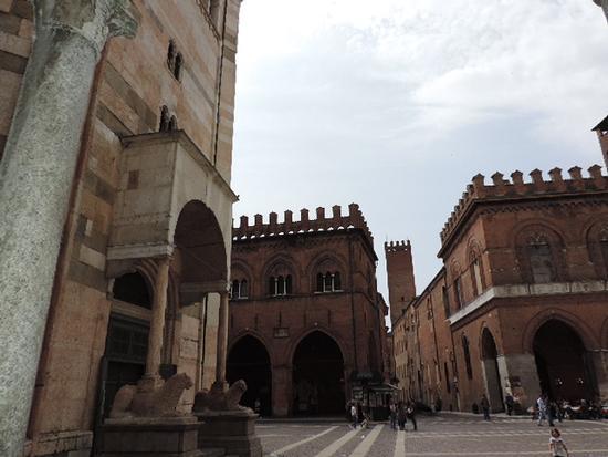 Sulla sinistra il Battistero , di fronte La Loggia dei Militi e Palazzo comunale - Cremona (967 clic)