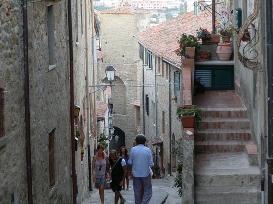 Scorcio tra le vie antiche - CASTIGLIONE DELLA PESCAIA - inserita il 10-Jul-13