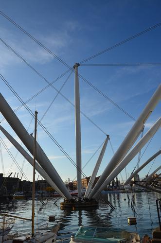 Si tratta di un monumento di metallo moderno progettato da Renzo Piano che riproduce in scala ingrandita una grande gru, come quelli montati sulle navi. Si tratta di un esperimento di design creato co - Genova (1331 clic)
