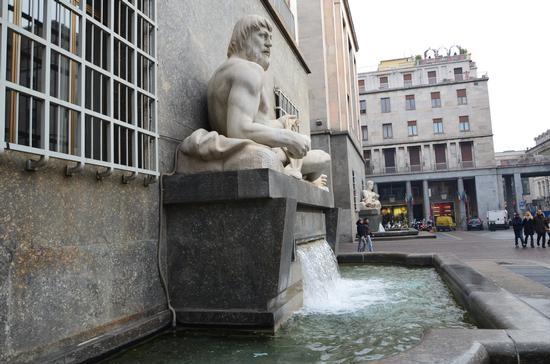 Di fronte   Statua raffigurante il fiume Po e  Statua raffigurante il fiume Dora Riparia. - Torino (693 clic)