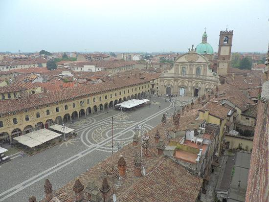 Il Duomo e la piazza Ducale di Vigevano (824 clic)