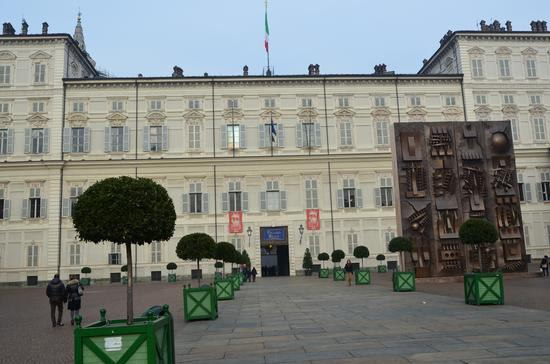 Palazzo imperiale con a fianco una scultura di Pomodoro - Torino (632 clic)