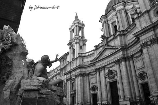 Un sostegno per la chiesa ...,piazza Navona Roma (863 clic)
