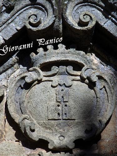 STEMMA TRICASE porta ingresso navata laterale_ chiesa matrice (641 clic)