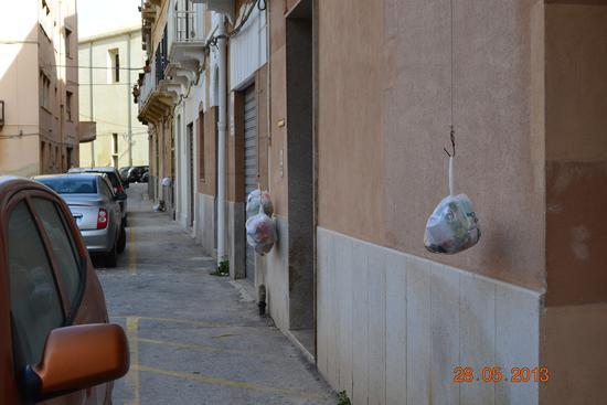 rifiuti calati  in attesa.... - Trapani (1436 clic)