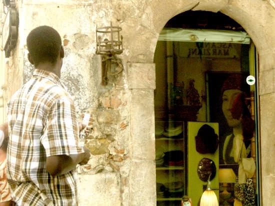 Venditore ambulante - Taormina (3028 clic)