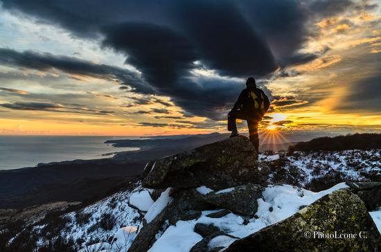 Sul monte Beigua sopra il mare tra neve e nuvole (1124 clic)