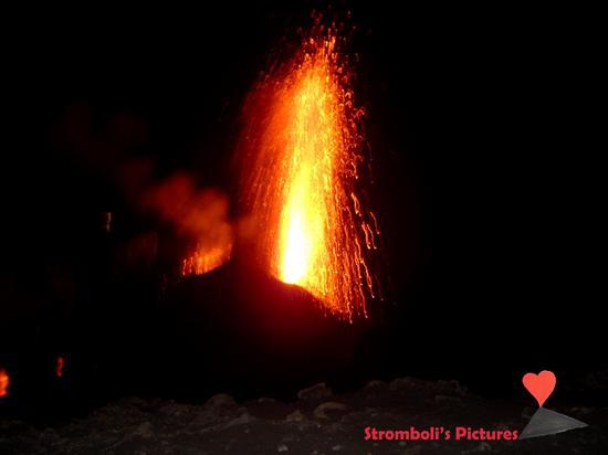 Fiammata notturna dello Stromboli (1264 clic)