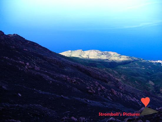 Vista panoramica dalla sommità dello Stromboli. (530 clic)