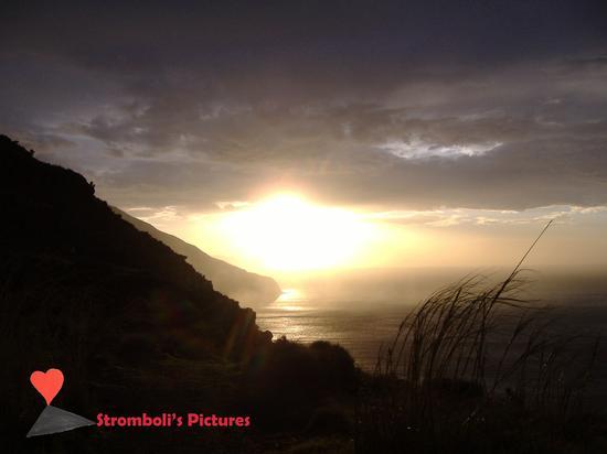 Il tramonto. - Stromboli (762 clic)