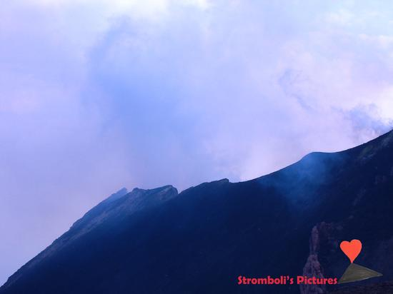Il cratere dello Stromboli visto dal versante di Ginostra. (571 clic)