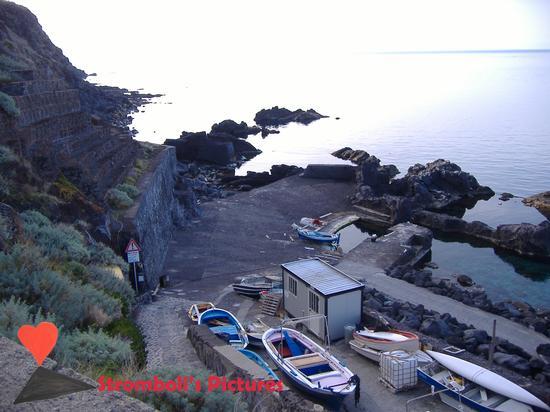 Il Pertuso il porto più piccolo del mondo a Ginostra. (1019 clic)