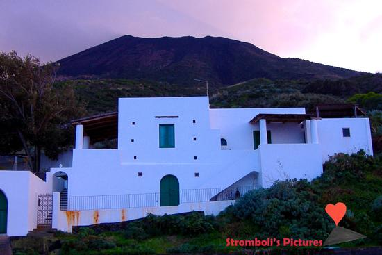 Casa ai piedi del vulcano Stromboli. (1161 clic)