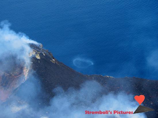 Piccolo cerchio di fumo del vulcano Stromboli. (329 clic)