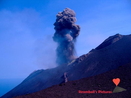 Esplosione di Iddu vista dal versante di Ginostra (548 clic)