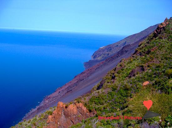 La Sciara del Fuoco vista dal versante di Ginostra. (401 clic)