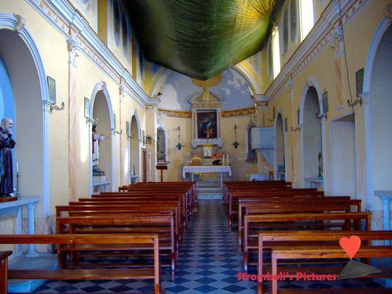 L'interno della chiesa di San Vincenzo a  Ginostra. (843 clic)