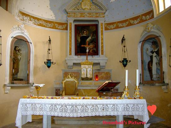 L'altare della chiesa  di San Vincenzo a  Ginostra. (808 clic)
