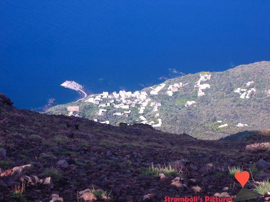 Ginostra vista dalla cima dello Stromboli. (521 clic)