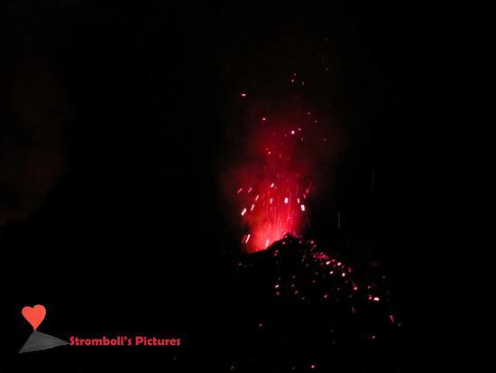 Piccole esplosioni  dello Stromboli. (823 clic)