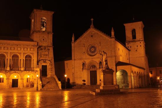 Notte piovosa nella piazza del Duomo - Norcia (816 clic)